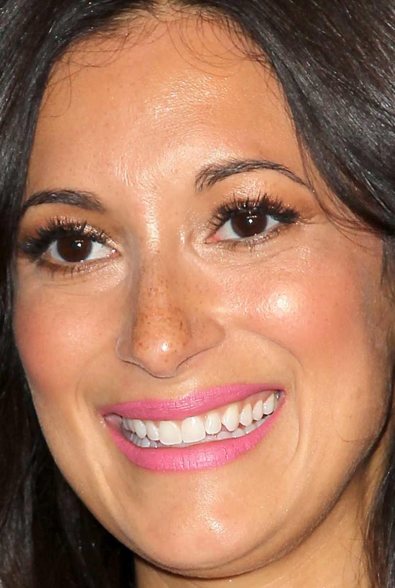 Angelique Cabral Nude celebrity hair and makeup looks: soft waves, black eyeliner