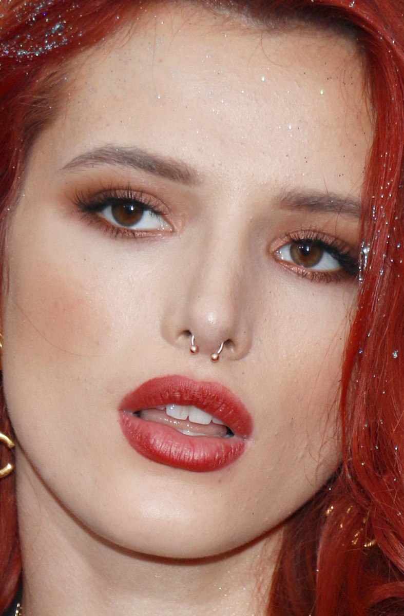 Bella Thorne American Music Awards 2016