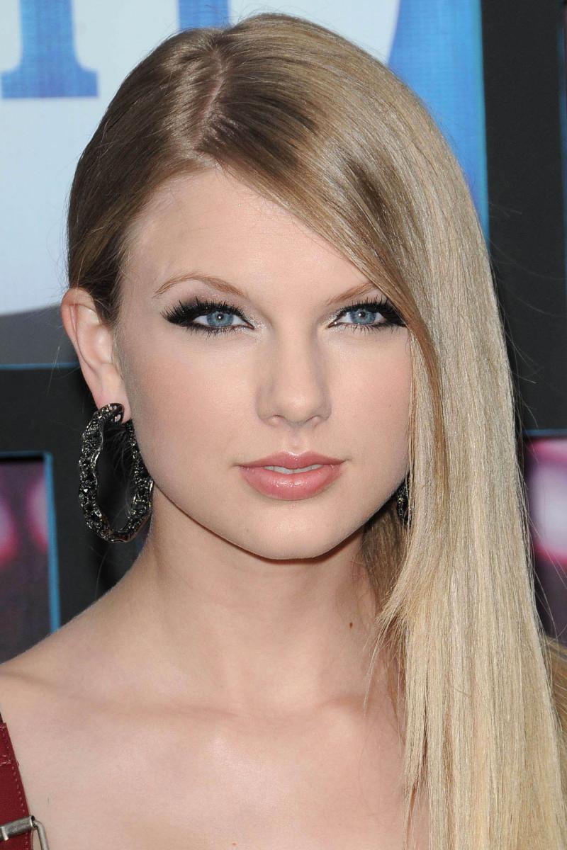 Taylor Swift CMT Music Awards 2010